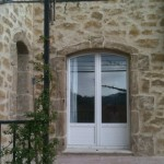 Maison en pierres apparentes avec enduit