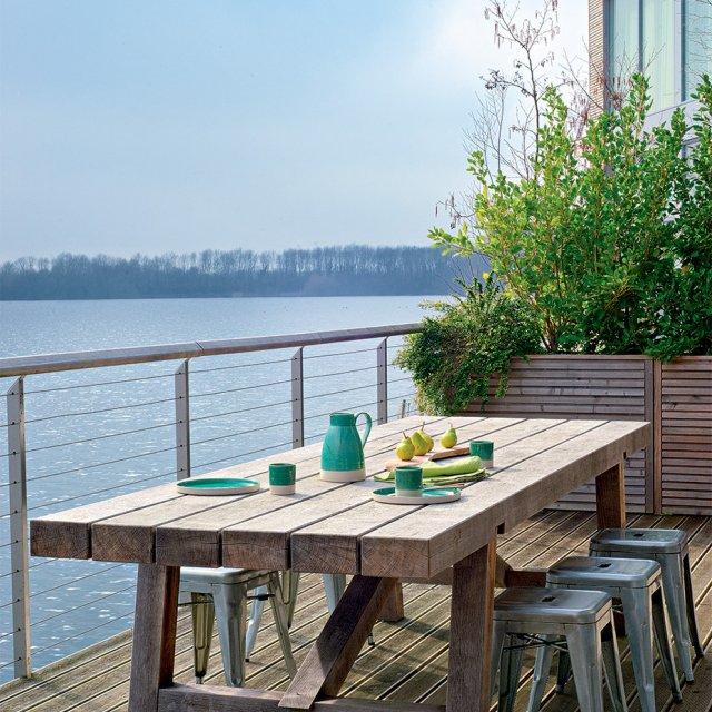 Une maison en bois très design au bord d'un lac
